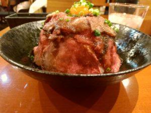 博多駅地下街 フィオリ 特製 お肉ご飯大盛り ローストビーフ丼