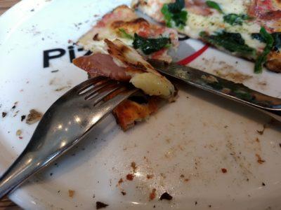 ピッツェリア・ナオ 博多リバレイン ナイフ ピザの食べ方3